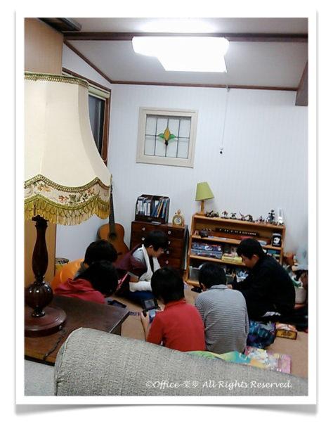 楽歩さんの息子さんが友だちを家に呼んでみんなで遊んでいる画像