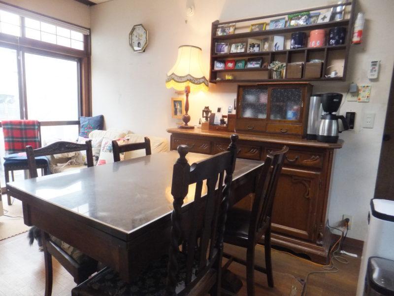 リフォーム前の楽歩さん宅のリビングの画像。アンティーク調のダイニングテーブルや棚で、トーンが統一されている