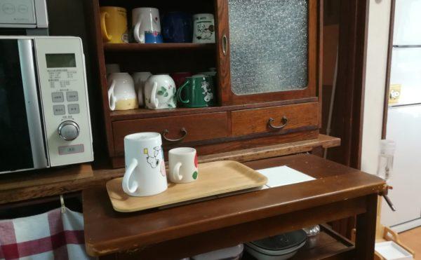 楽歩さん宅の水屋の画像。かわいいカップが並び、好きなカップが選べるようになっている