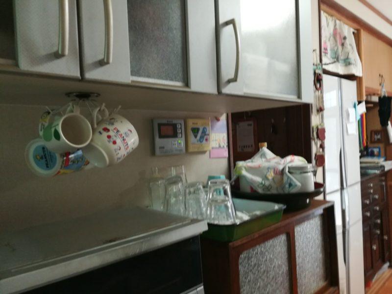 水屋の隣りに設置されたフックの画像。お茶を飲んだ人はカップを軽く洗って、このフックにカップをかける