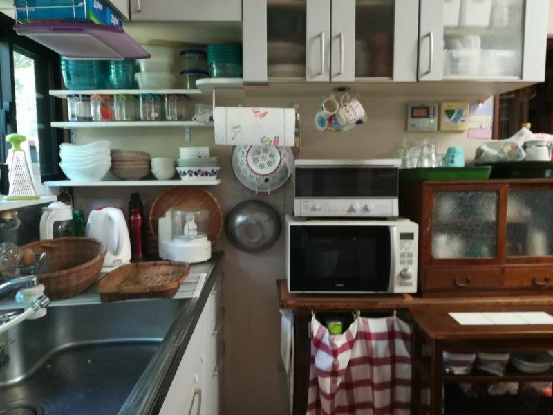 現在の楽歩さん宅のキッチンの画像。沢山のカップやトレイが見事に収納されている