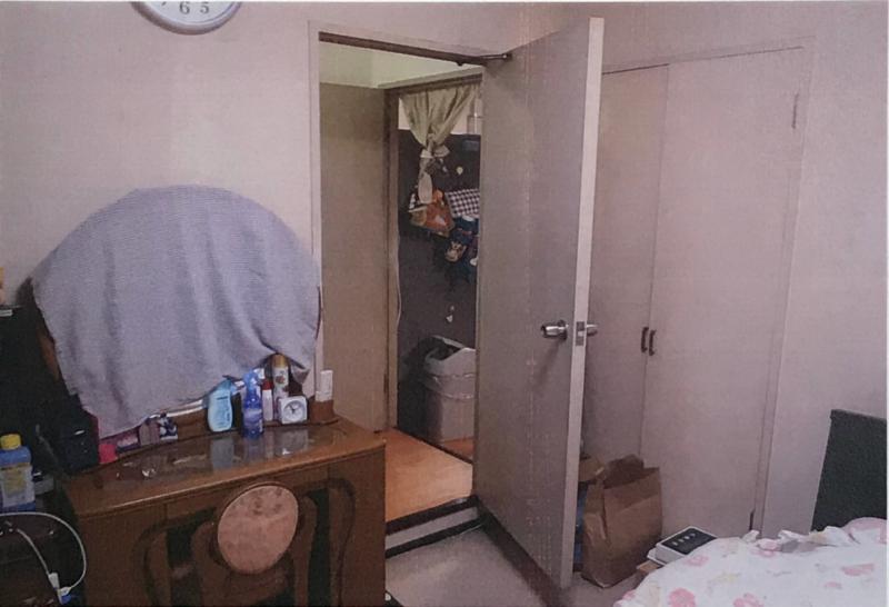 夫婦の寝室から段差を見た画像。部屋に入るためには、段差を一段降りなければならない