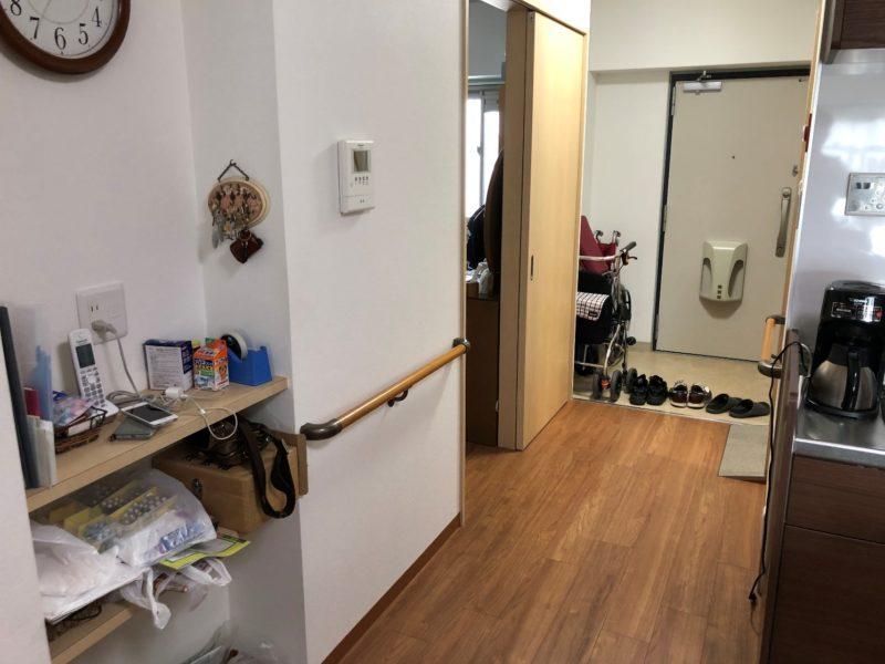 リフォーム後の段差。玄関から寝室、リビングまで、全てがフラットで繋がっている。廊下の幅も広がった