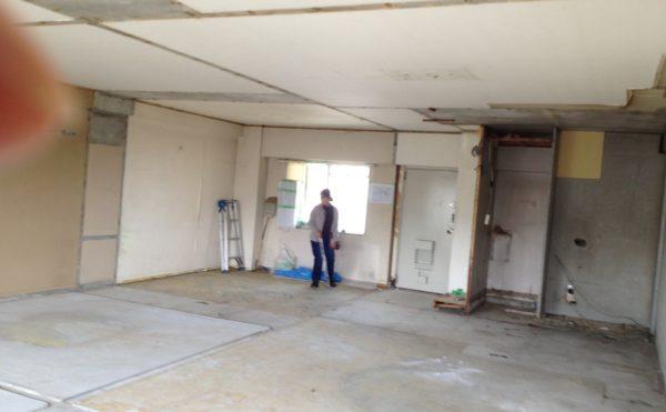 リフォーム中で、壁も床も何もかも取り払った状態のヒロさん、アコさんの家の画像
