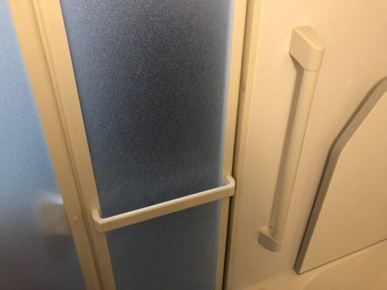 お風呂場の出入り口の手摺り。入ってすぐのところにもタテの手摺りが取り付けられている