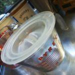 ガラス製計量カップに電子レンジ用のお皿カバーを被せているところの画像