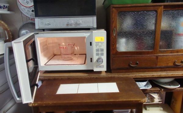 電子レンジの前にキッチンワゴンがセットされている画像