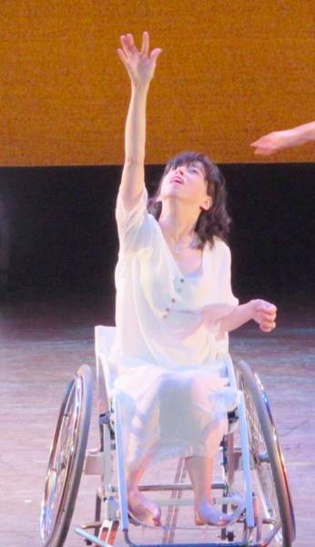 車いすに乗って舞台で踊る楽歩さんの画像