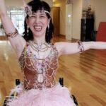 車いすにのって社交ダンスの衣装に身を包んだ楽歩さんの画像