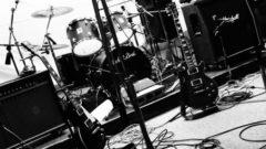 ドラムセットやマイクが並んだバンドセットの画像